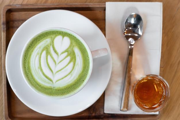 Чашка зеленого чая маття латте