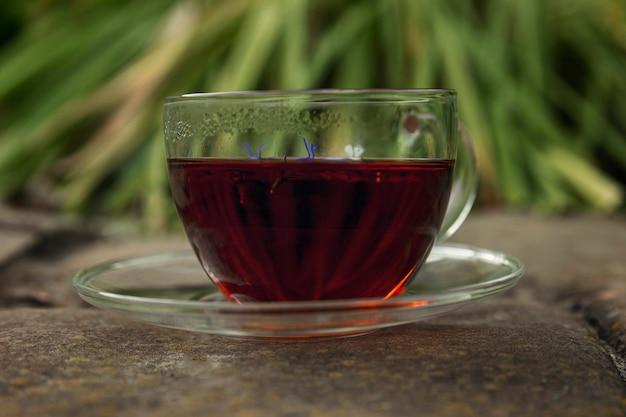 나무 테이블에 허브 차 한 잔. 자연에서 온 건강. 확대.