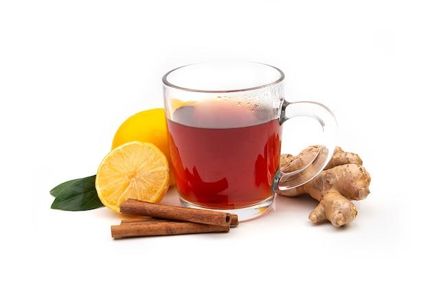 白地にレモンと生姜と熱い黒または緑茶のカップ。インフルエンザやウイルスに対する成分。自然医学。