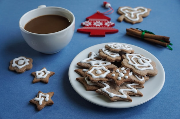 生姜ビスケットとクリスマスの装飾のプレートとホットチョコレートのカップ
