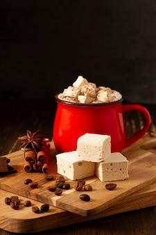 Чашка горячего шоколада с зефиром, на темном фоне, вертикальный, деревенский, без людей,