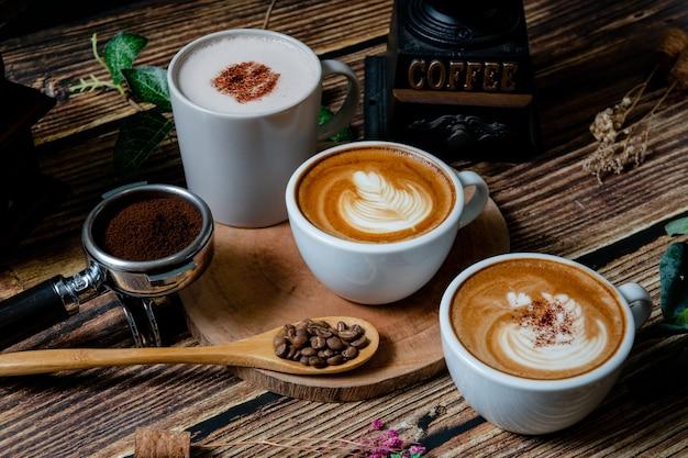 여유로운 애프터눈 티에 뜨거운 코코아와 비스킷과 함께 커피 한 잔