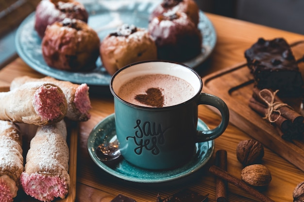 테이블에 뜨거운 코코아 한잔. 디저트와 과자. 휴일과 로맨스. 행복한 발렌타인 데이