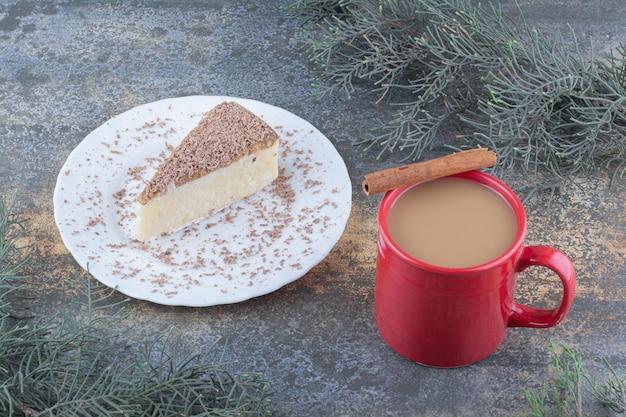 대리석 배경에 케이크 조각으로 뜨거운 커피 한잔. 고품질 사진
