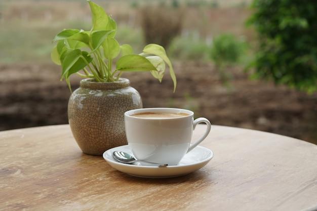 나무 테이블에 뜨거운 라떼 커피 한 잔