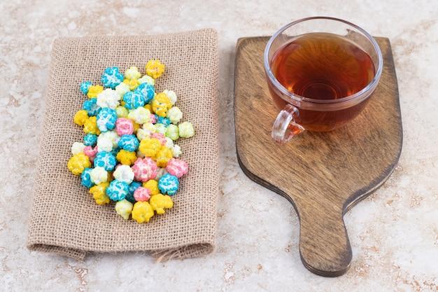 다채로운 캔디와 함께 따뜻한 차 한잔