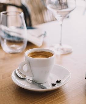 高級レストランのテーブルにあるイタリアンラテのカップ