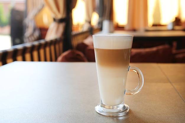 ラテのカップ。コーヒーの日。一杯のコーヒー。