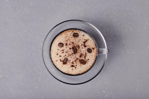 회색 배경에 고립 된 라떼 한잔입니다.