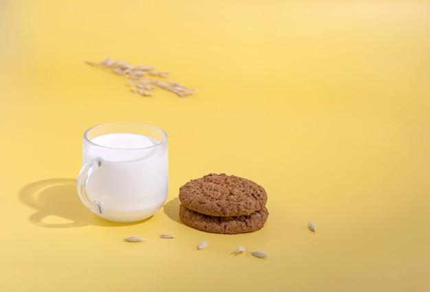 Чашка молока и овсяное печенье