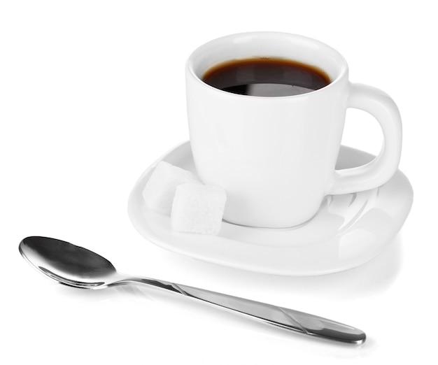 Чашка крепкого кофе, изолированные на белом фоне
