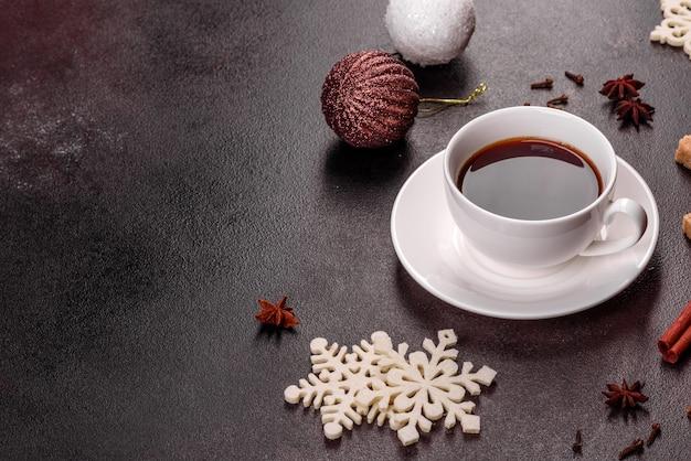 トウヒの小枝やおもちゃとクリスマステーブルの上の濃いコーヒーのカップ。休日の準備