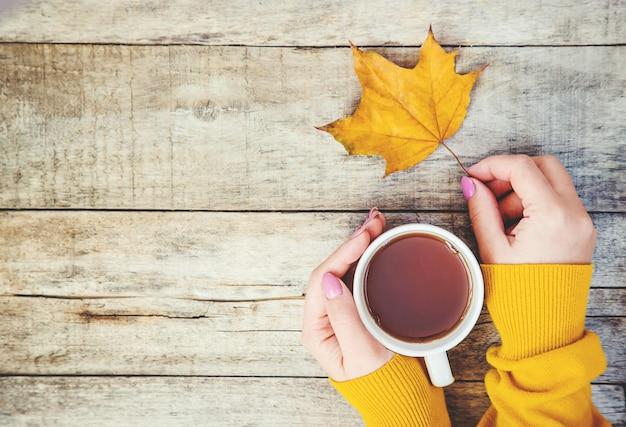 Чашка чая и уютный осенний фон. выборочный фокус.