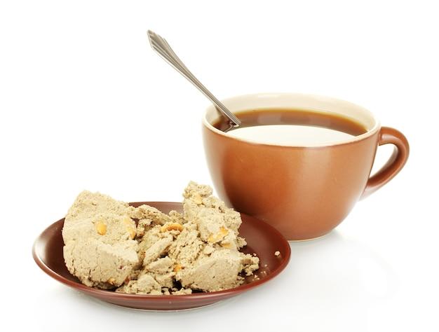 흰색에 고립 된 맛있는 halva와 차와 접시 한잔
