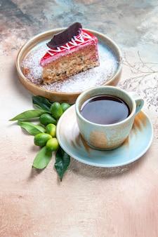 お茶の柑橘系の果物のカップケーキのティープレートのカップ