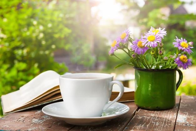 자연의 배경에 대해 나무 테이블에 차 한잔.
