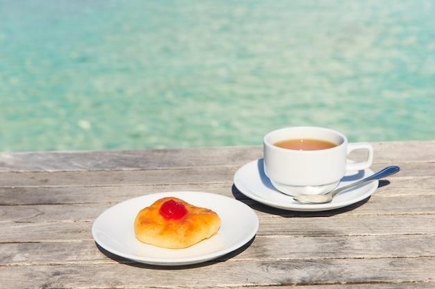 背景に海とテーブルの上のお茶