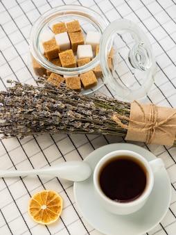 테이블에 차, 설탕, 레몬 및 라벤더 꽃다발 한잔