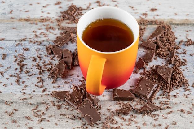 Чашка чая с шоколадом