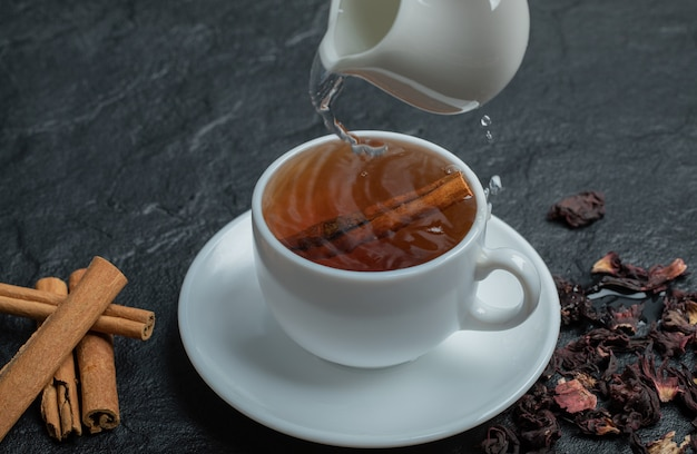 シナモンスティックと注入のお茶のカップ。