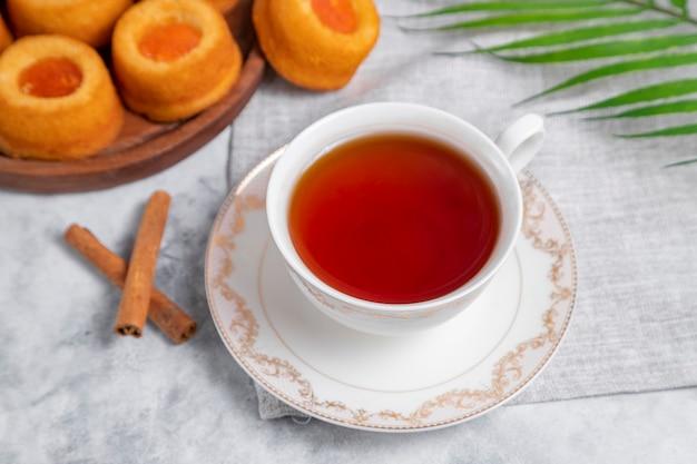 수제 살구 잼 지문 쿠키와 차 한잔. 프리미엄 사진