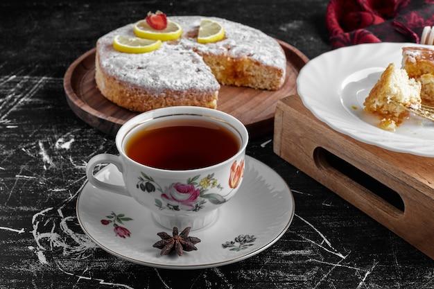 Чашка чая с лимонным пирогом.