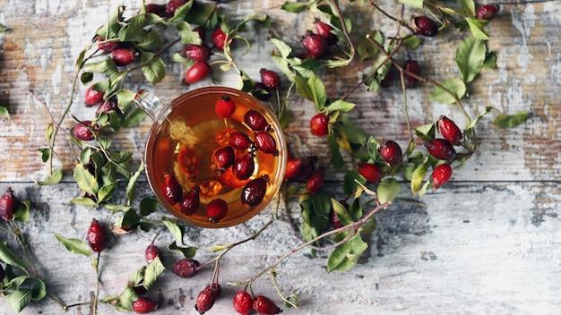 ローズヒップのお茶。ワイルドローズの枝と果実。秋の癒しのドリンク。セレクティブフォーカス。