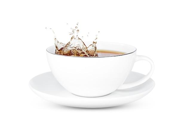 分離されたお茶と水しぶきとお茶のカップ。