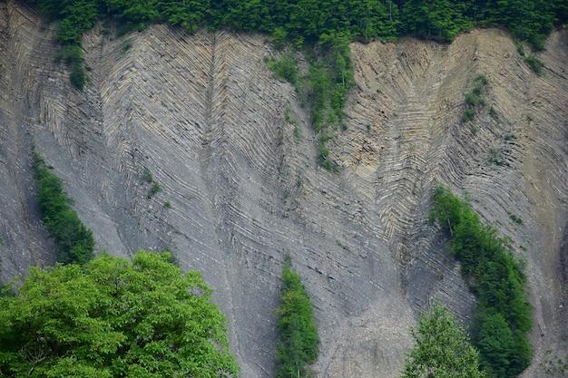 침식 및 풍화 작용으로 암석에 여러 개의 수평선이 있는 큰 암석의 절단
