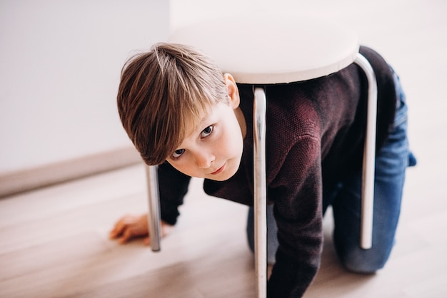 귀여운 소년 아이가 거북이 척 등을 대고 바닥에서 놀고 있다