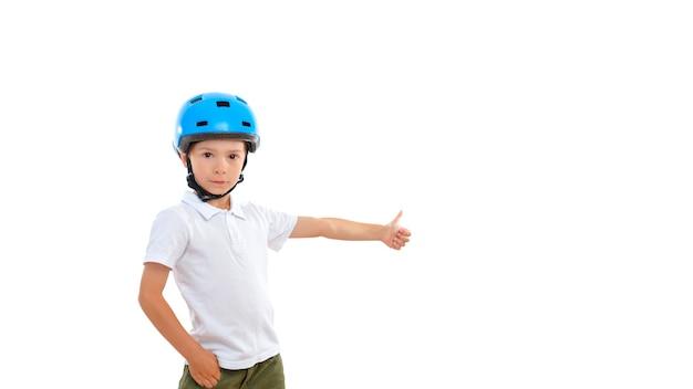 Симпатичный ребенок в велосипедном шлеме показывает жестом вверх большим пальцем, что все будет хорошо