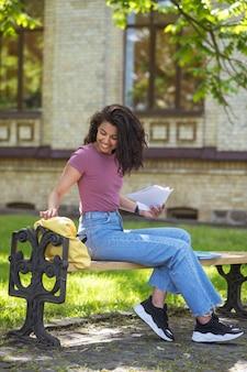Милая девушка в джинсах гуляет в парке