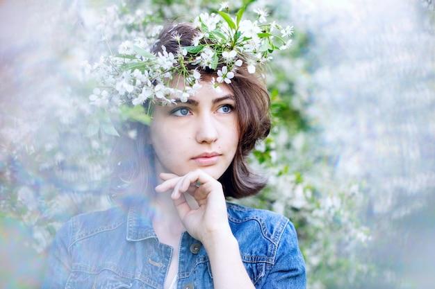 デニムジャケットに頭に花輪をあしらったヨーロピアン風のかわいい女の子