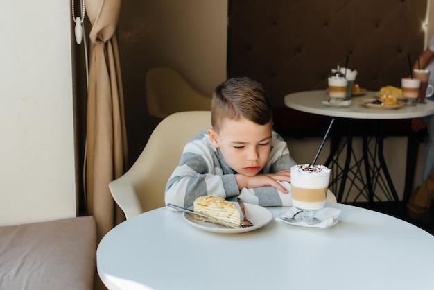 귀여운 꼬마 카페에 앉아 케이크와 코코아 클로즈업을보고. 다이어트와 적절한 영양 섭취.