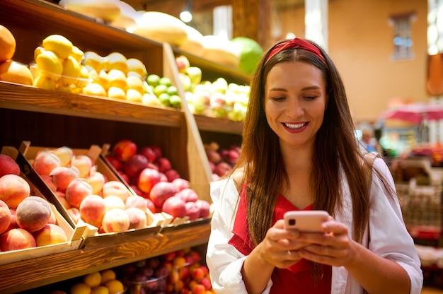 과일 가게에서 귀여운 젊은 여성
