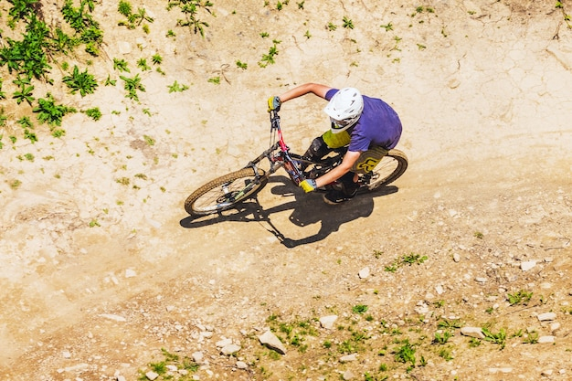 サイクリストが山から降りる Premium写真