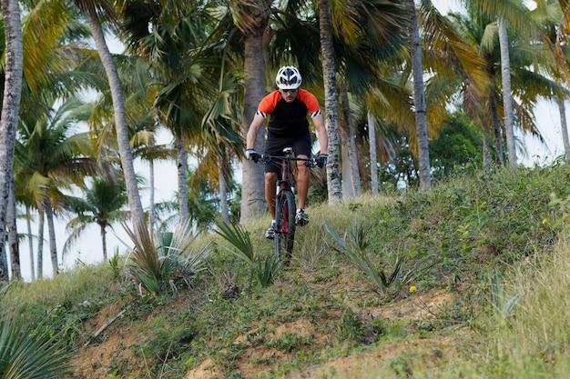 ドミニカ共和国でサイクリストがマウンテンバイクに乗っています。