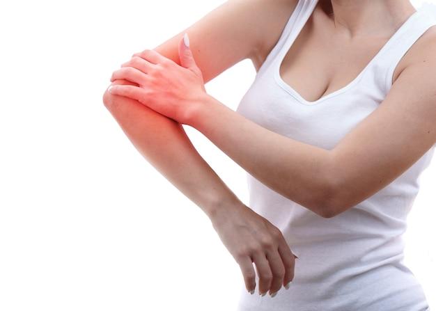 손상된 여성의 손이 아프고, 손이 일로 고통받으며, 스포츠 부상 및 아픈 부분이 빨간색으로 강조 표시됩니다.