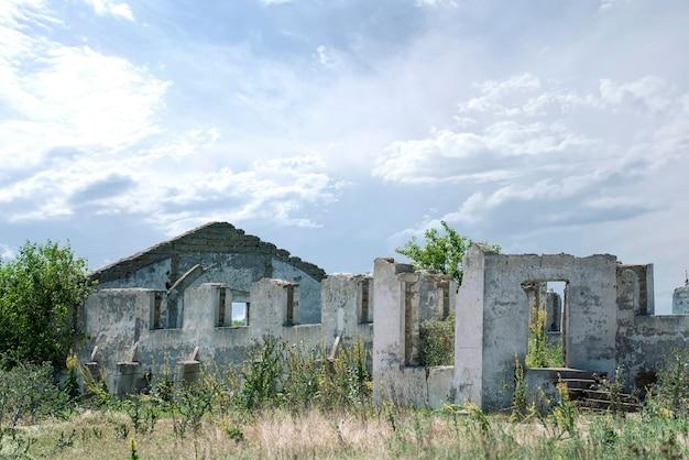 손상된 폐허가 된 건물, 전쟁 후 파괴된 정착지