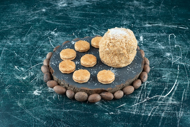 화려한 배경에 케이크와 쿠키가 있는 어두운 보드. 고품질 사진