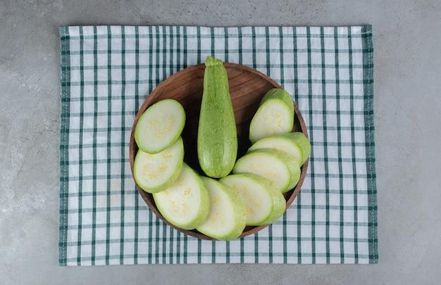 スライスしたズッキーニ野菜のダークボード。高品質の写真