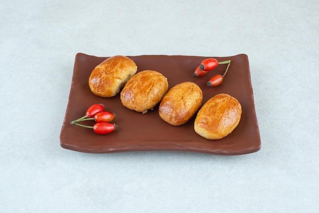 달콤하고 맛있는 쿠키의 어두운 접시