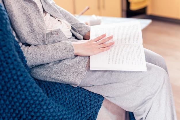 День отдыха с девушкой, читающей книгу в период изоляции
