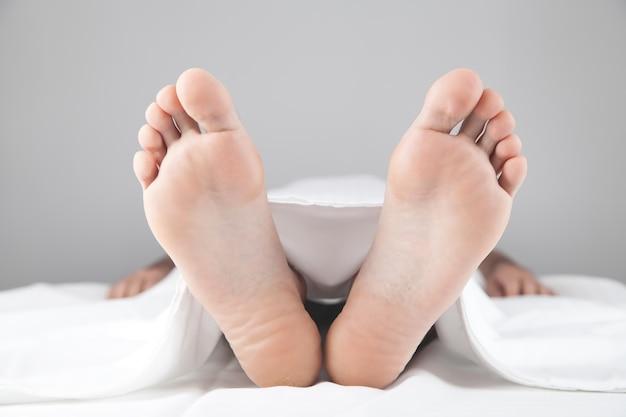 死体安置所に死んだ男が横たわっている。