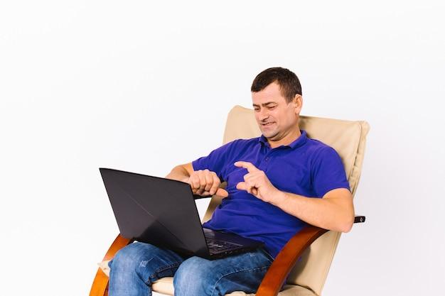 Глухой мужчина с улыбкой обсуждает через видеосвязь на ноутбуке невербальными знаками, пока