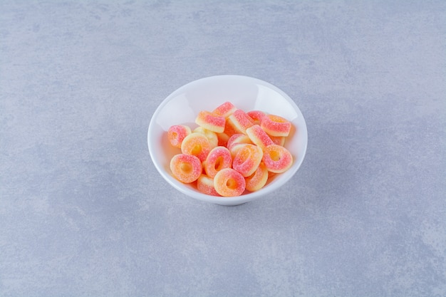 다채로운 과일 설탕 마멀레이드로 가득 찬 깊은 접시
