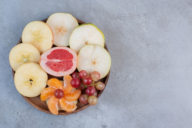 大理石の背景に小さなトレイで提供されるおいしいフルーツ。