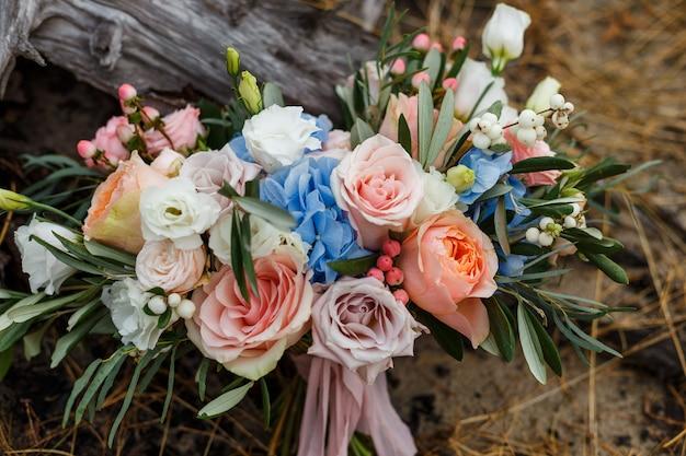 꽃의 섬세하고 아름다운 웨딩 부케.
