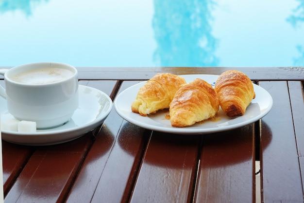 ホテルのプールで美味しい朝食。