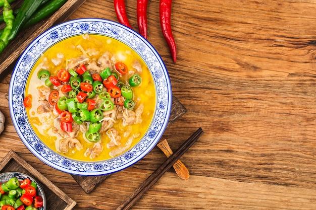 黄金のスープに牛肉を添えた美味しい中国広東料理